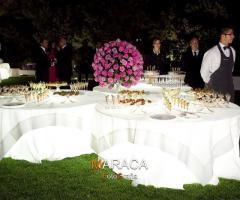 Buffet di nozze con tavoli illuminati