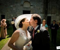 Bacio degli sposi uscita dalla chiesa Qualcosa di Blu