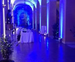 Allestimento del ricevimento di matrimonio sotto il portico