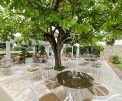 Mama Casa in Campagna - Allestimento dei tavoli in giardino