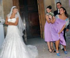 Foto in stile reportage della sposa con le damigelle