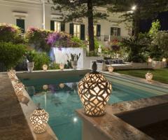 Masseria San Nicola - Il giardino e la piscina di sera