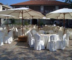 Allestimento di un ricevimento di nozze all'aperto