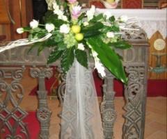 Addobbo floreale per i banchi della chiesa