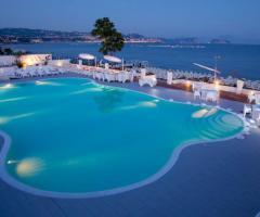 Kora Pool and Beach Events - Piscina vista mare illuminata per il matrimonio serale
