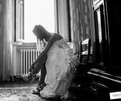 Sposa che indossa le scarpe da matrimonio Qualcosa di Blu