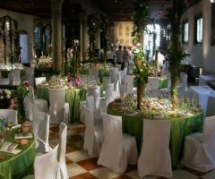 Allestimento della sala per il ricevimento di nozze