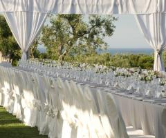Exclusive Puglia Weddings - Allestimento elegante in bianco