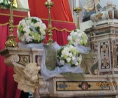 Sfere di fiori per l'altare della chiesa