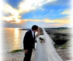 Foto degli sposi al mare con tramonto