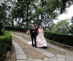 Castello di Cortanze - Gli sposi a passeggio nel parco del Castello