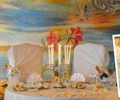 Mise en place di nozze con rose e petali