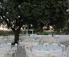 Masseria Torre di Nebbia - Allestimento dei tavoli all'aperto