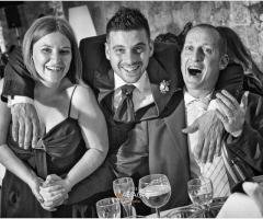 Foto dello sposo con gli invitati