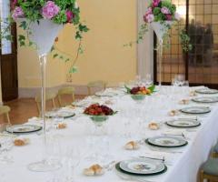 Alzate di fiori per il tavolo di matrimonio