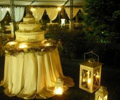 Wedding Cake in giardino