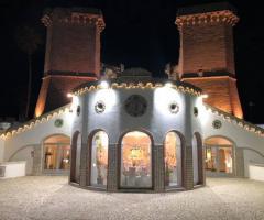 Oasi  Quattro Colonne - La struttura di sera illuminata