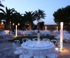 Tavoli rotondi per il matrimonio in giardino