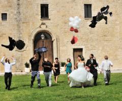 Foto in stile reportage degli sposi con gli invitati