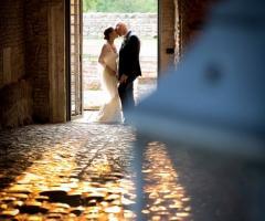 Gli sposi si baciano presso la location di nozze
