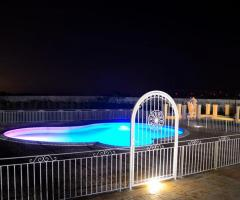 Tenuta Montenari - Piscina della location illuminata di sera