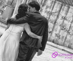 Foto degli sposi abbracciati