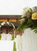 Fiori gialli e lilla per la cerimonia di nozze