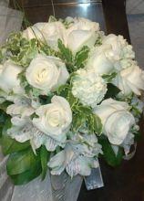 Bouquet di fiori bianchi per la sposa