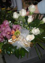 Bouquet per la sposa di rose bianche e orchidee lilla