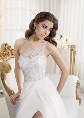 Preziosi ricami in perle dell abito da sposa dell Atelier Il Sogno della  Sposa 3d00f8ae179