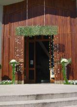 Fiori e alberelli per l'entrata in chiesa