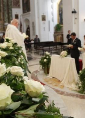 Rose bianche per la cerimonia di matrimonio