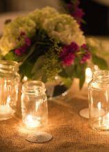 Centrotavola di matrimonio con vasetti luminosi