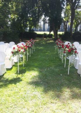 Allestimento floreale per la cerimonia nel parco