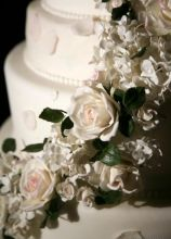 La wedding cake romantica con rose e ortensie