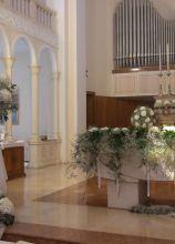 Addobbi floreali di camelie bianche per la cerimonia nuziale