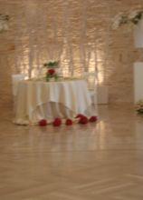 Allestimento in rosso del tavolo degli sposi