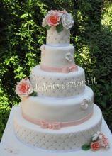Torta nuziale multipiano con rose applicate