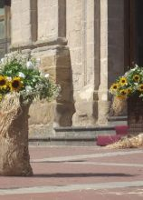 Originali composizioni con girasoli all'uscita della chiesa