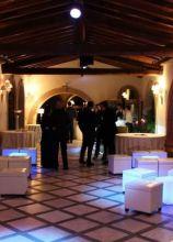 Allestimento lounge con tavoli illuminati per il matrimonio