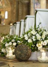 Fiori e candele per un allestimento country chic della cerimonia di nozze