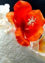 Torta di nozze con fiori di zucchero realizzati a mano