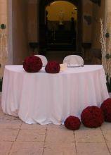 Sfere di fiori rossi per l'allestimento del ricevimento nuziale