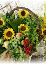 Cesto di frutta e girasoli per l'allestimento delle nozze