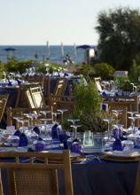 Allestimento dei tavoli per le nozze