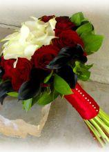 Bouquet di rose rosse e calle bianche