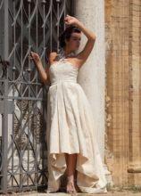 Vestito da sposa corto davanti e lungo dietro dalle fibre naturali