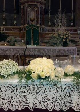 Allestimento floreale altare - Fioreria Gabriella