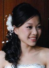 Trucco arancio e acconciatura con fermaglio per una sposa orientale