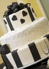 Torta multipiano bianco e nera con cuori decorati